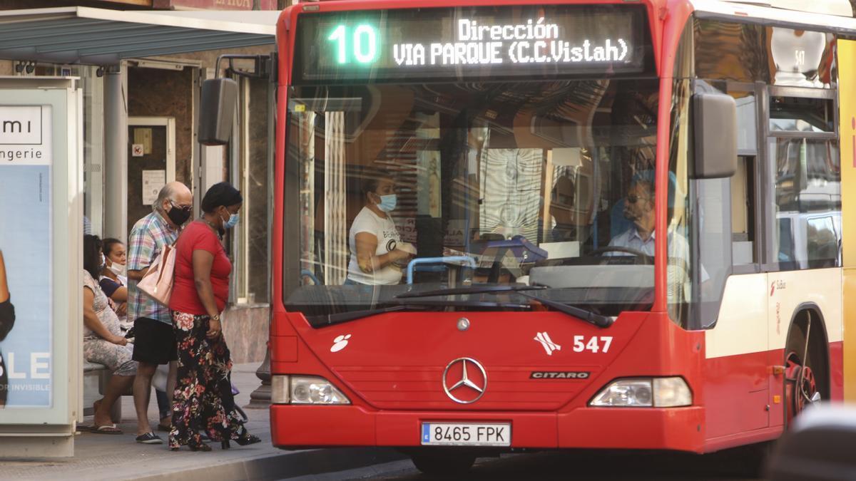 Un autobús de la línea 10 de Alicante, en una imagen de archivo