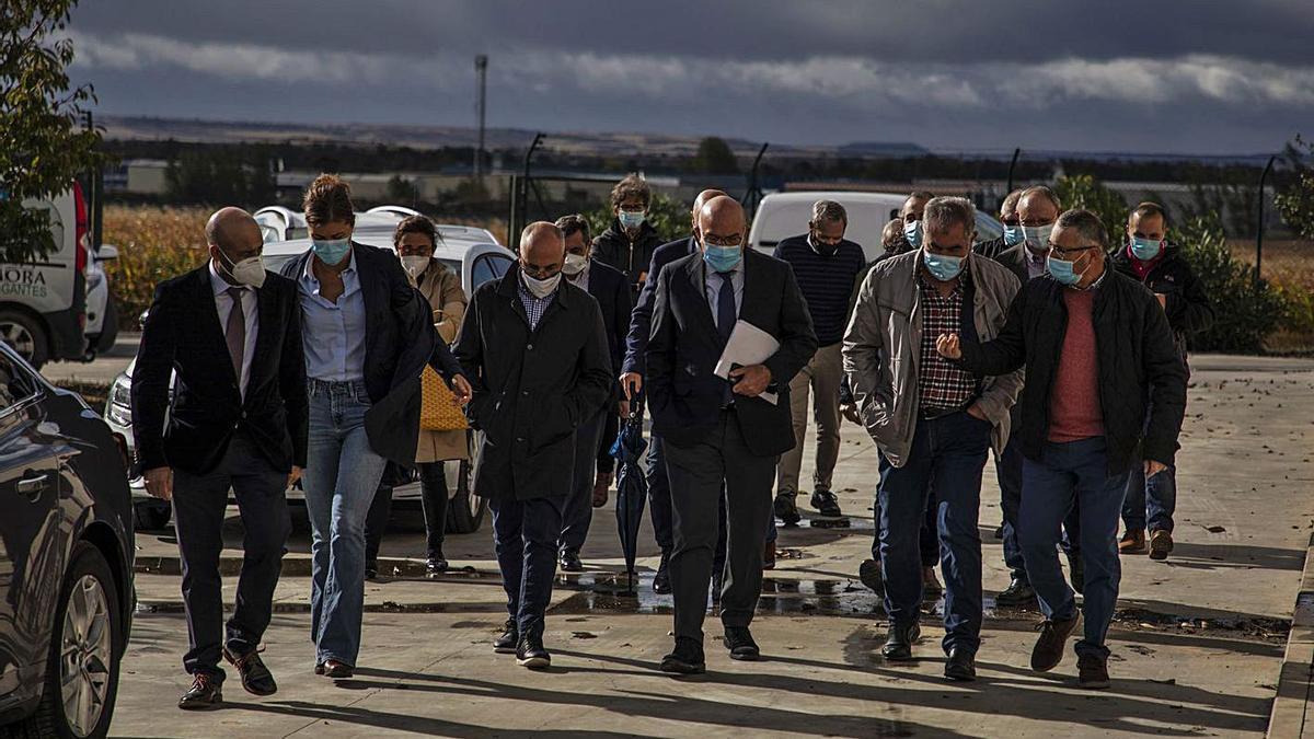 Llegada del consejero de Agricultura, Jesús Julio Carnero (centro) a la estación de bombeo de Coreses.   Nico Rodríguez