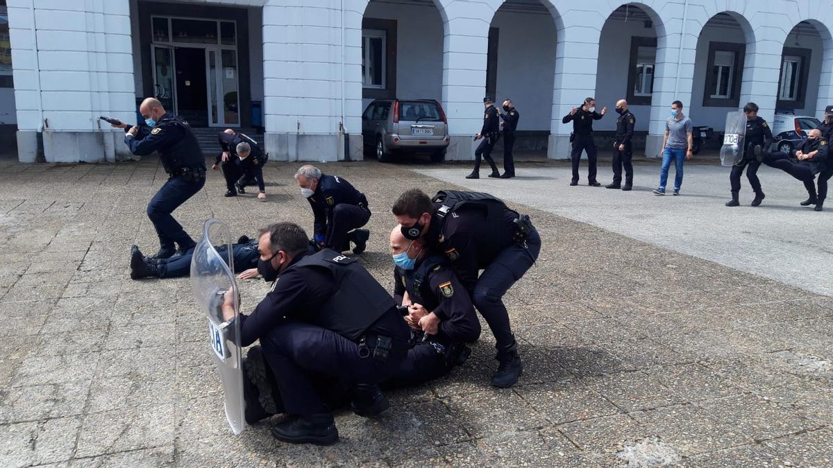 Los policías durante el curso.