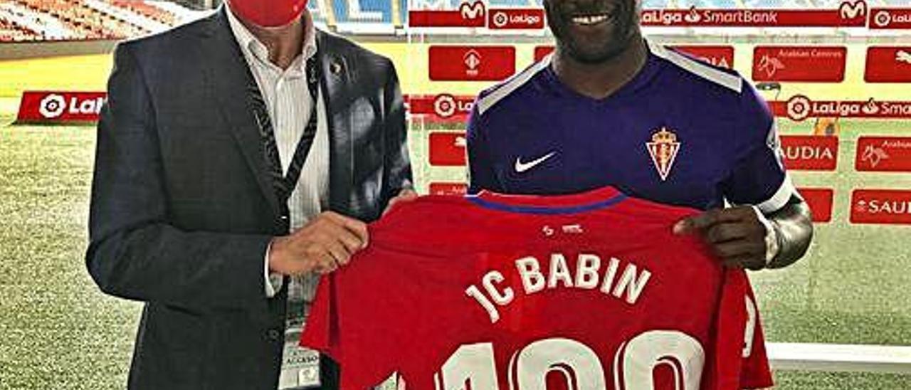 Joaquín le entrega una camiseta a Babin por sus 100 partidos.