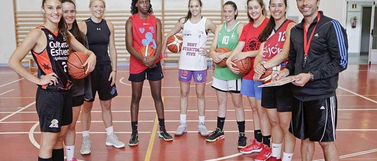 De izquierda a derecha, Laura Chahrour, Valeria Abejón, Riley Nordgaard, Deborah Ayela, Izabella Sangalli, Sonia Iglesias, María López, Jimena Abejón y Alberto Fernández.