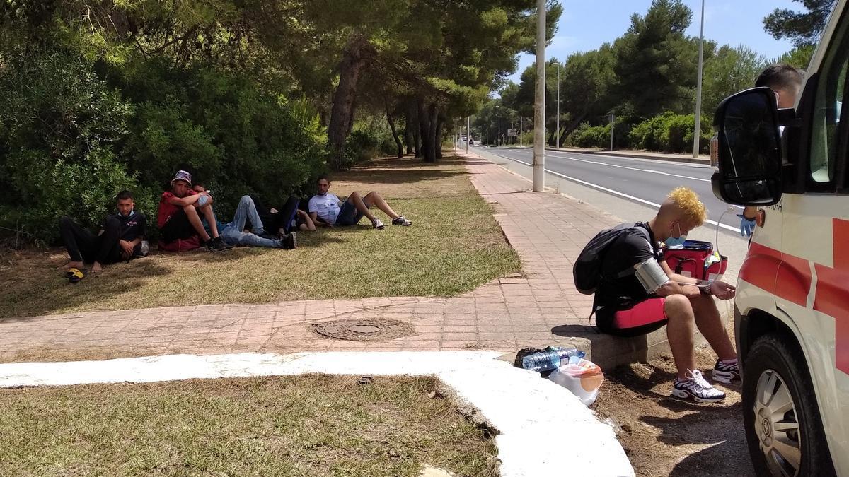 Los jóvenes inmigrantes, custodiados por la Guardia Civil y la Policía Local y atendidos por Cruz Roja