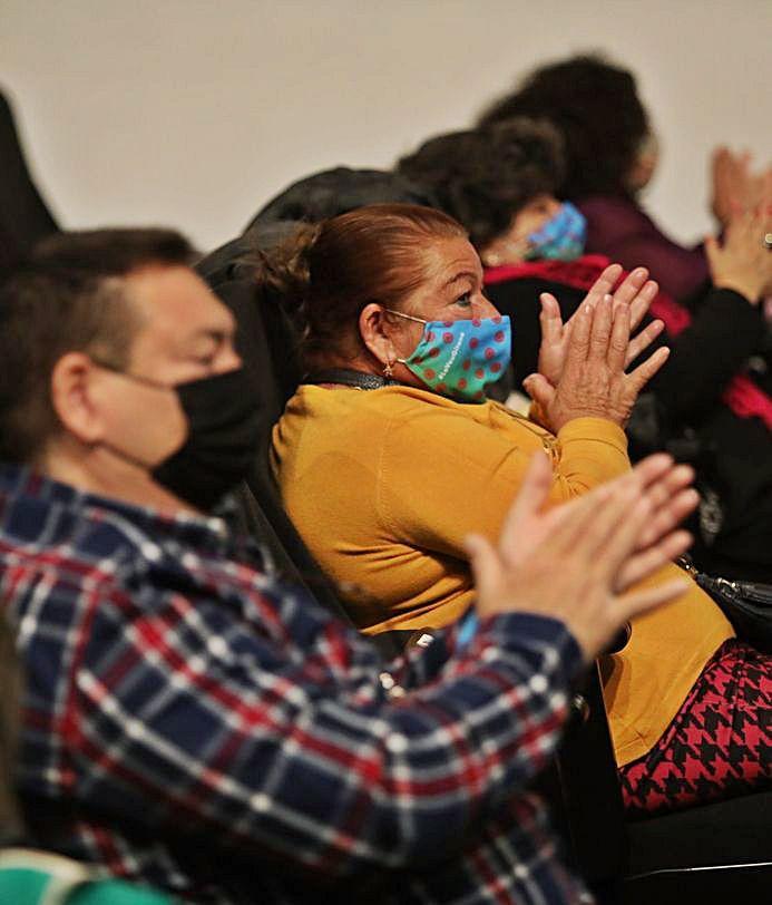 Dos instantes del acto de la comunidad romaní que acogió ayer el Centro de Congresos. | ANTONIO AMORÓS