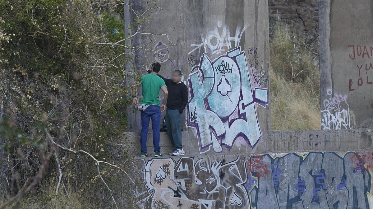Dos de los jóvenes que se encontraron con el cadáver en el Barranco de Santos.