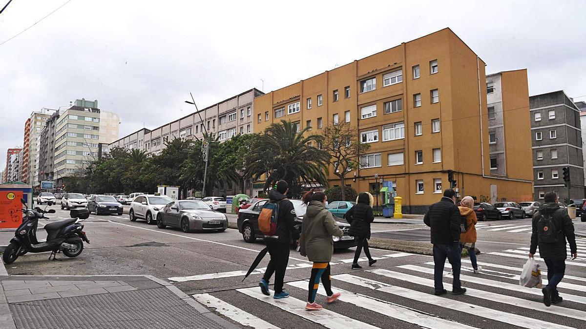 Bloques de las Casas de Franco en un margen de la ronda de Outeiro.     // CARLOS PARDELLAS
