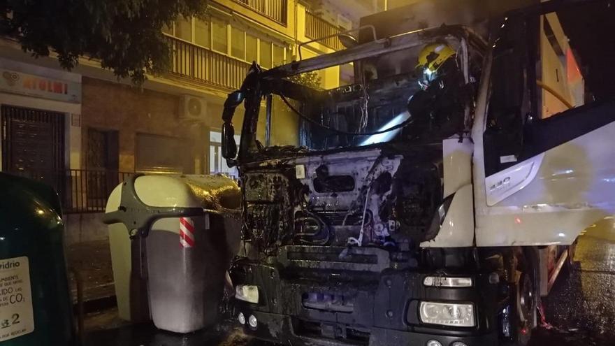 Arde la cabina de un camión de basura de Limasam junto a varios contenedores