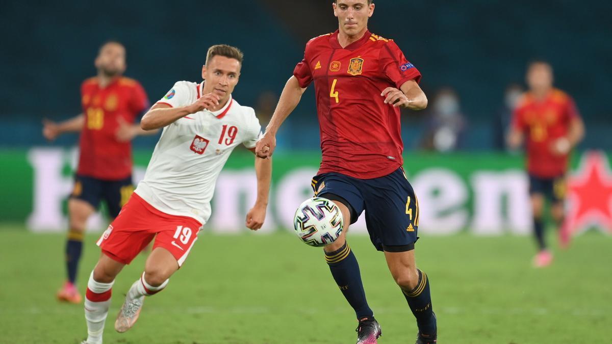 Pau Torres controla el balón ante la presión del Przemyslaw Frankowski.