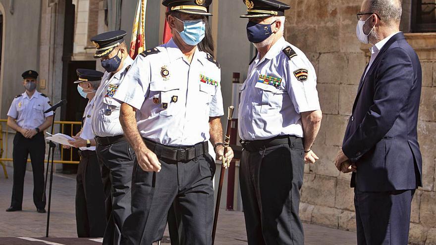 El jefe de la comisaría recibe el bastón de mando
