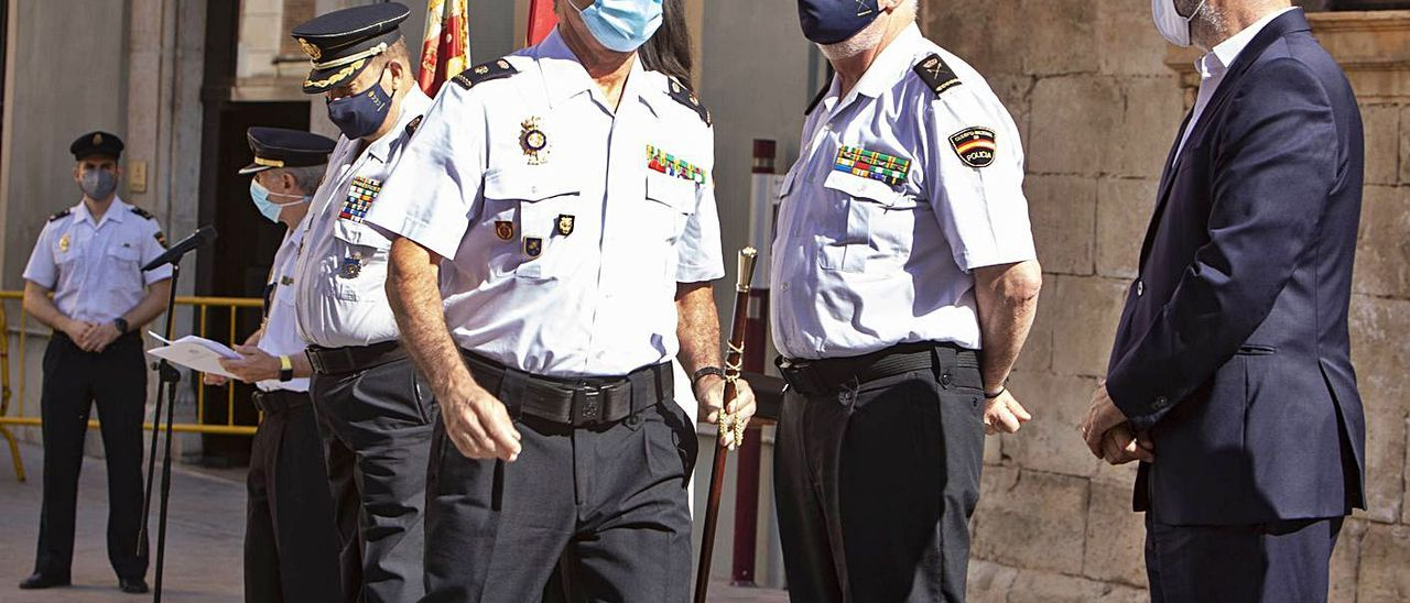 El jefe de la comisaría recibe el bastón de mando | PERALES IBORRA