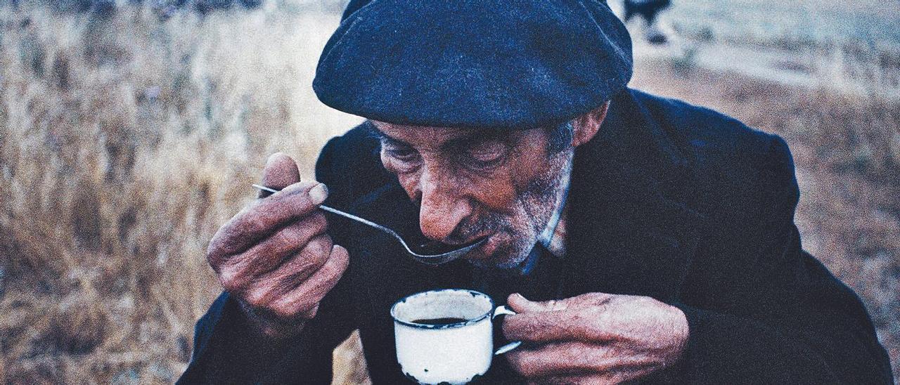 Martín con su café, al amanecer. Cáceres, junio de 1978.