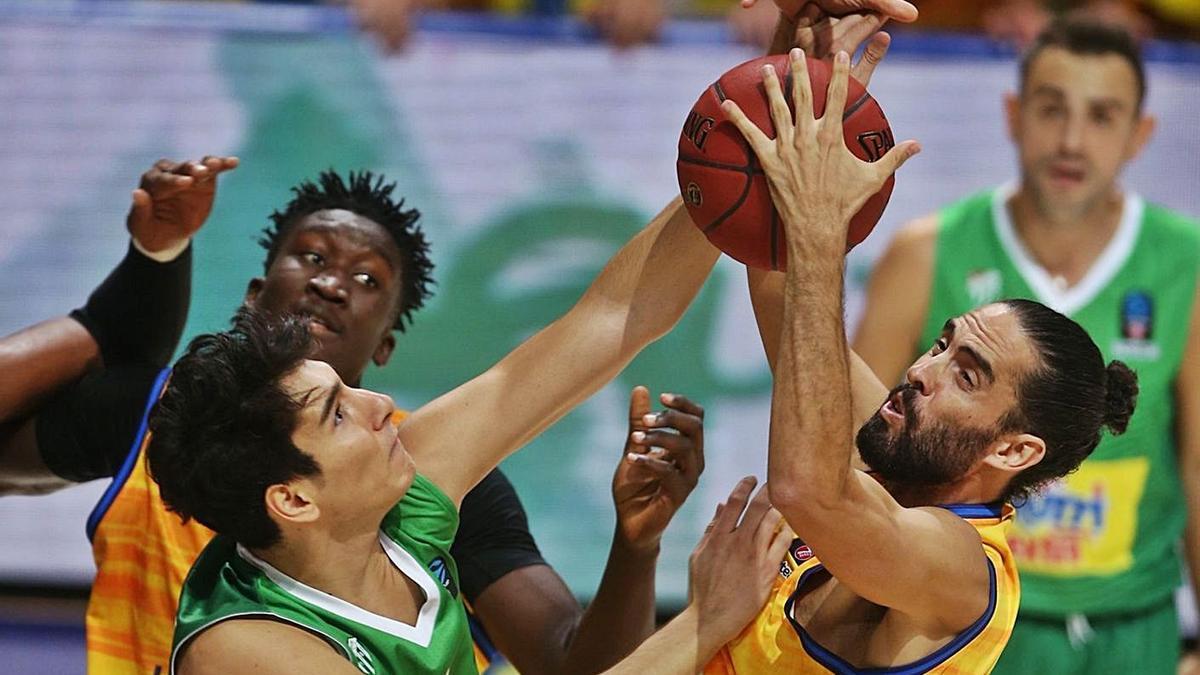 Beirán lucha por el rebote, en el encuentro del Gran Canaria ante el Bursaspor, disputado el pasado miércoles.