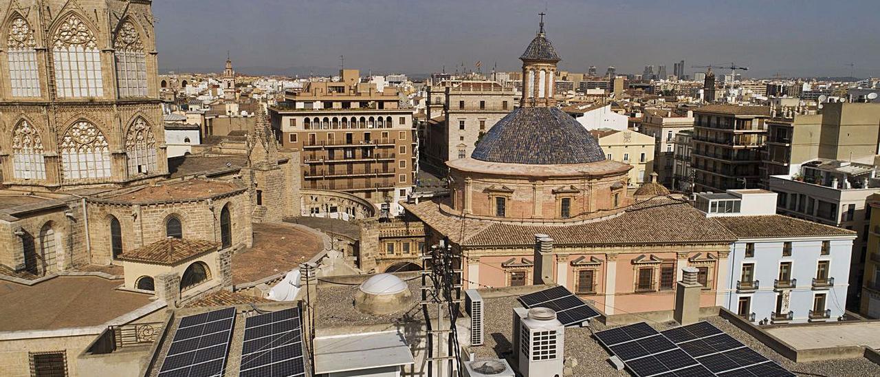 Vista panorámica de València, con las placas solares ubicadas en el edificio Punt de Ganxo.  | LEVANTE-EMV