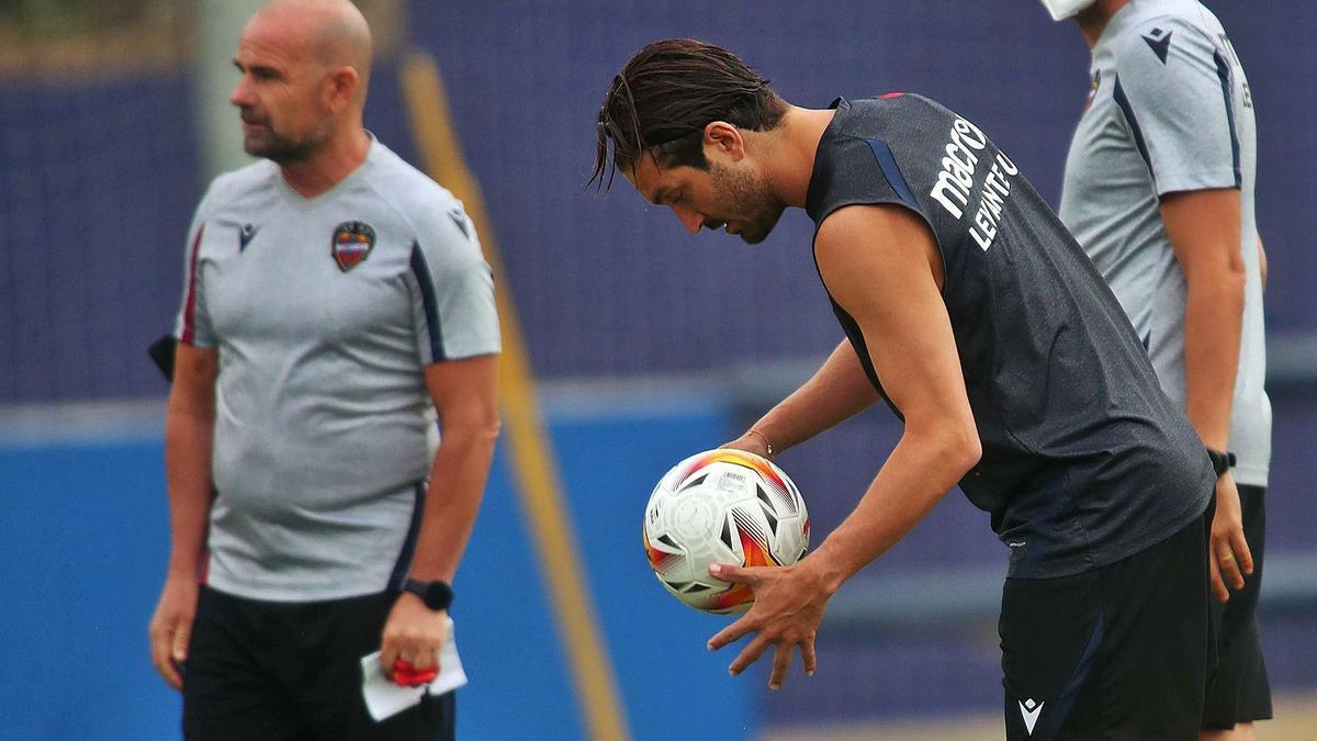 José Campaña se prepara para colocar la pelota en el césped durante un entrenamiento reciente con el Levante UD. | F. CALABUIG