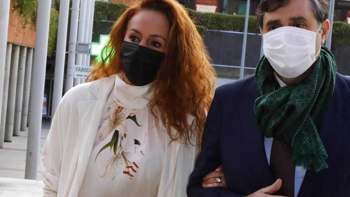 Rocío Carrasco, a su llegada a los juzgados con su abogado, Javier Vasallo