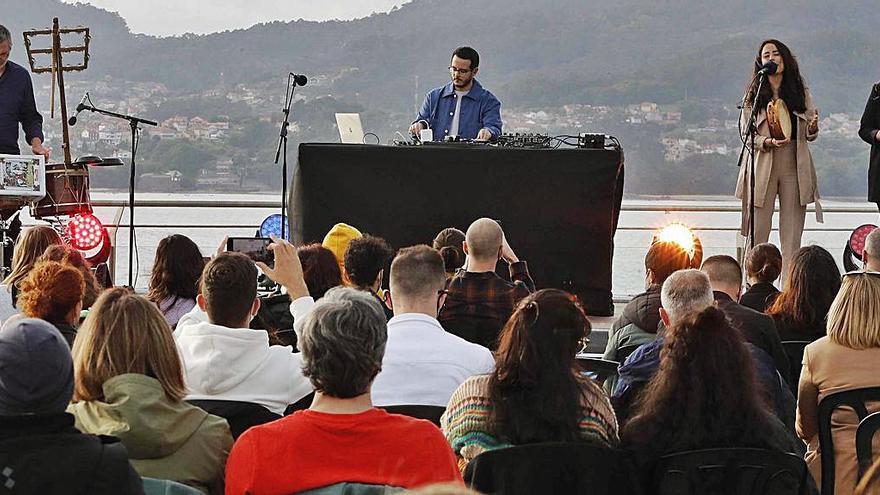 Baiuca cautiva con su particular música al público vigués
