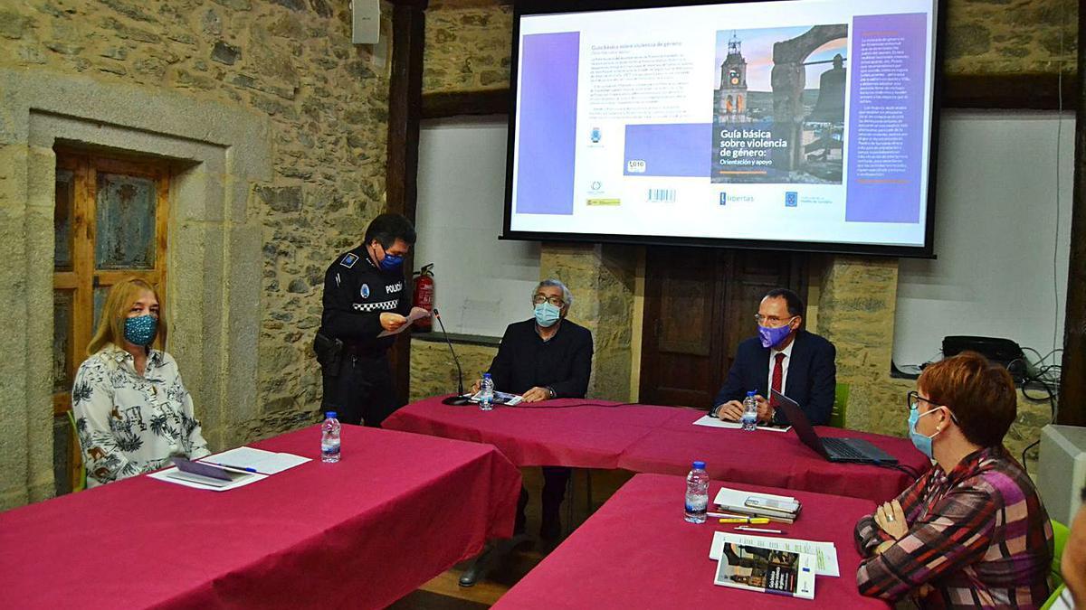 El Ayuntamiento de Puebla de Sanabria presenta la guía básica contra la violencia de género. | A. Saavedra