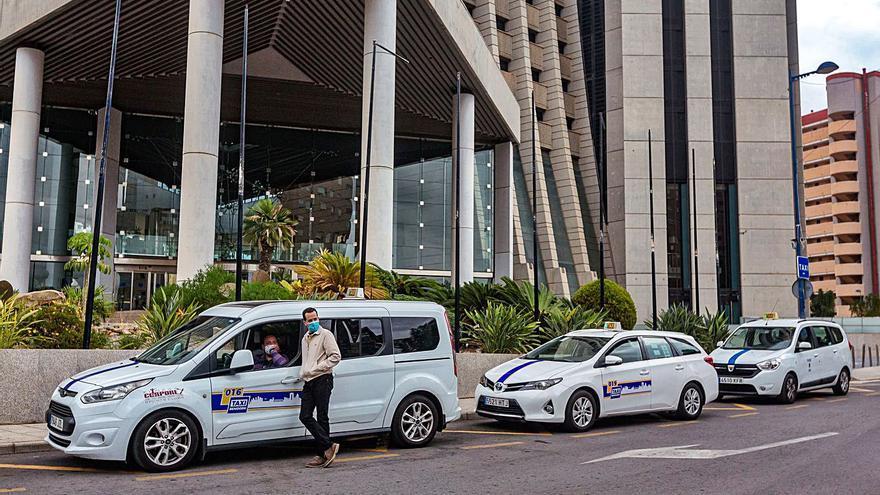 La falta de turistas deja un 90% menos de facturación a los taxis de Benidorm