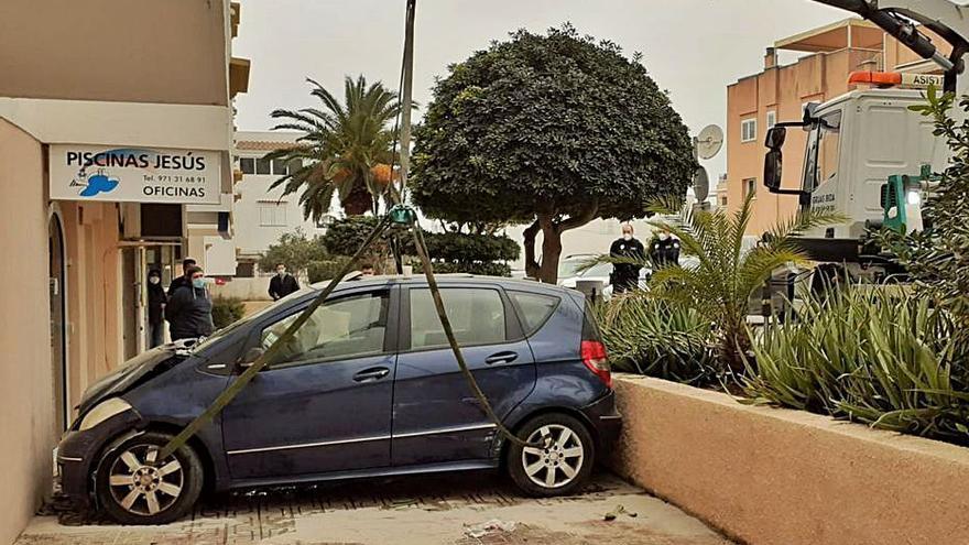 Encajada: una conductora confunde el freno con el acelerador en Ibiza