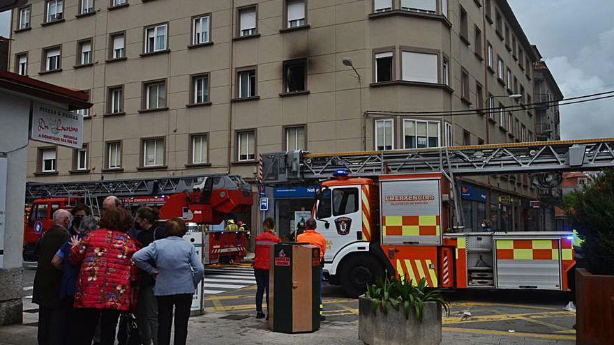 Un incendio iniciado en un dormitorio causa graves daños en un piso de Vilagarcía