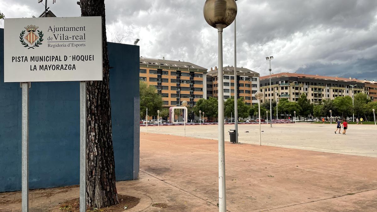 Con la retirada de la pista de hockey, pese a que se mantiene el cartel, se ha ganado una zona diáfana en la Mayorazga.