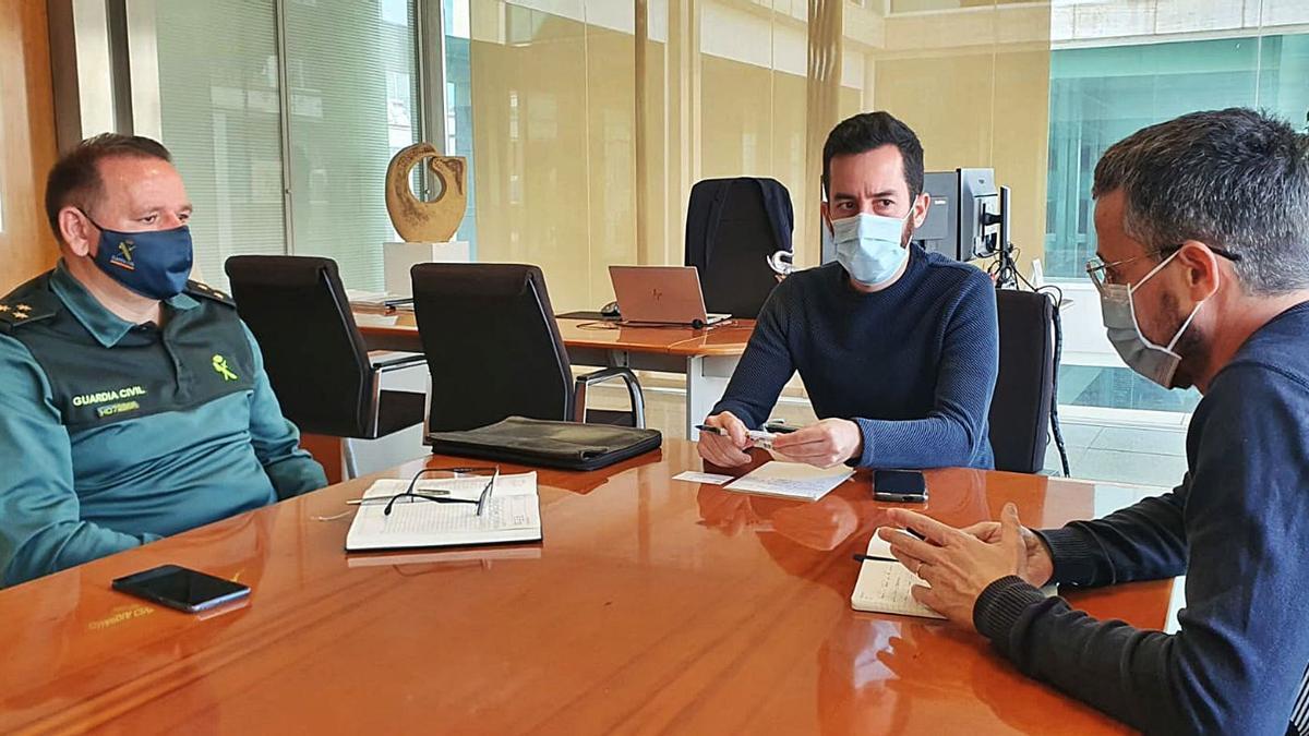 El capitán López Sacido, el conseller Javier Torres y el director de transportes, Roberto Algaba, en la reunión de ayer. | CE