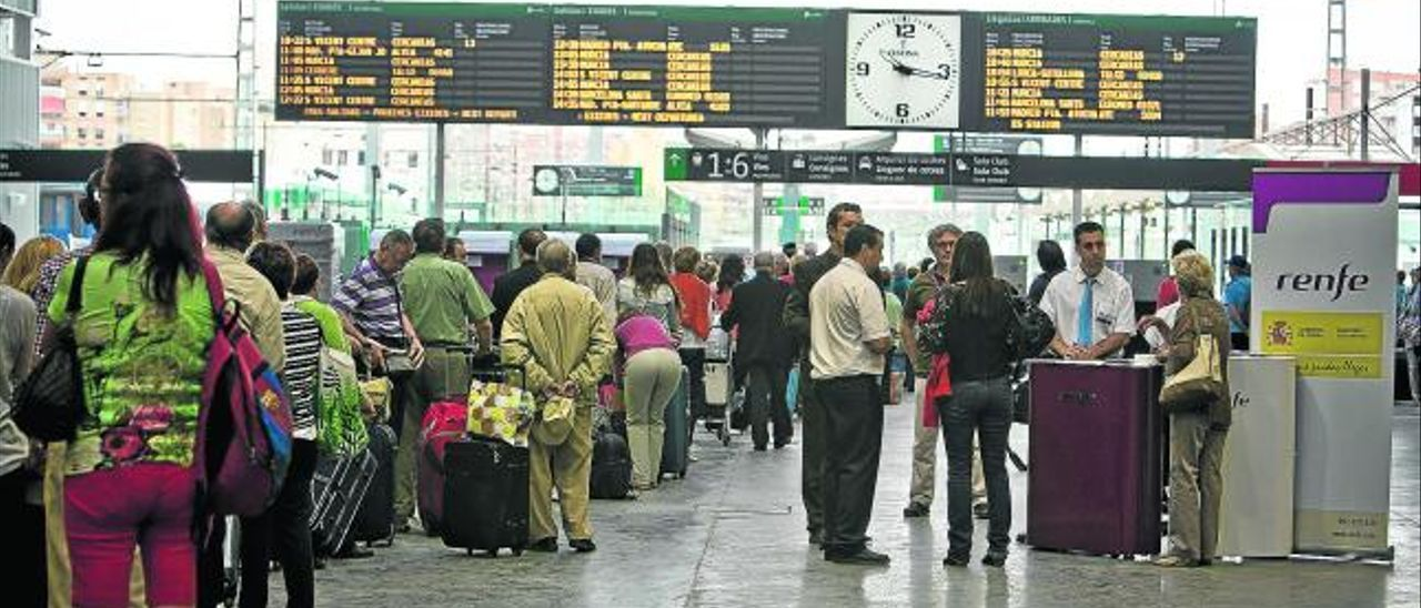 Imagen de una cola de pasajeros del AVE pasando el control