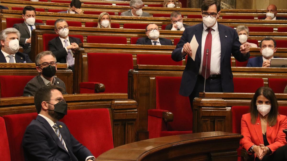 El líder del PSC, Salvador Illa, dirigint-se a Pere Aragonès durant la sessió de control al vicepresident amb funcions de president al ple del 13 de maig del 2021. (Horitzontal)