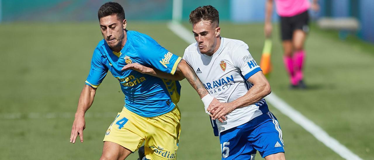 Álvaro Lemos en plena disputa del balón
