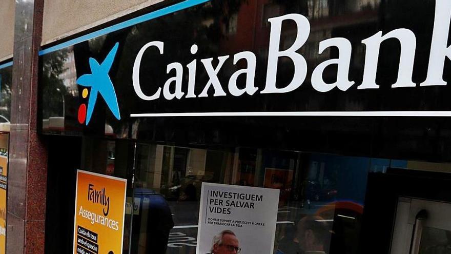 Adicae, UGT i Podem carreguen contra l'ERO massiu de CaixaBank