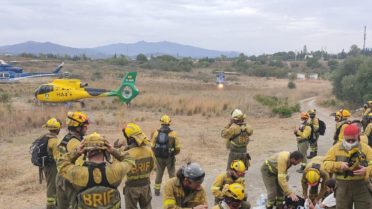 Equipos de extinción de incendios que colaboran con el Plan Infoca en el incendio de Sierra Bermeja.