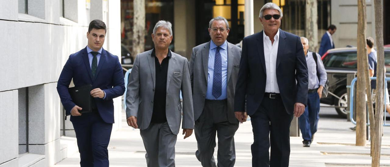 Ferri y Baldó (el segundo y el cuarto por la izda, respectivamente) junto a sus abogados en julio.