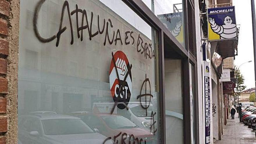"""Las sedes de CNT y CGT también amanecen con pintadas: """"Muerte a los políticos separatistas"""""""