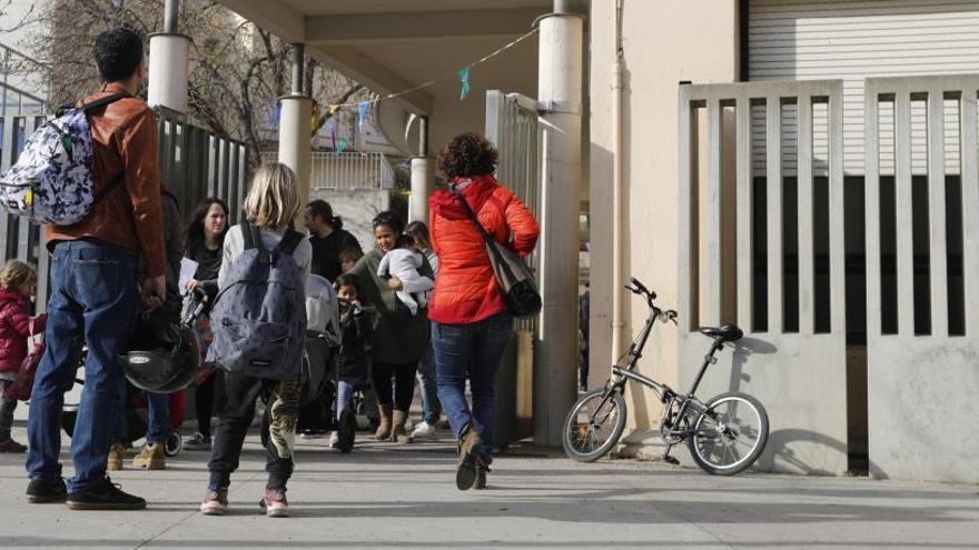 Les famílies de l'escola Eiximenis de Girona es queixen els «riscos arquitectònics» de la plaça U d'Octubre