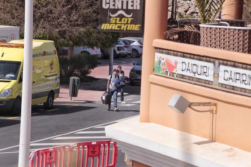 Seguimiento a los alojados en el Hotel H10 de Adeje. Saliendo turistas y consejera sanidad Teresa Cruz Oval    28/02/2020   Fotógrafo: María Pisaca Gámez