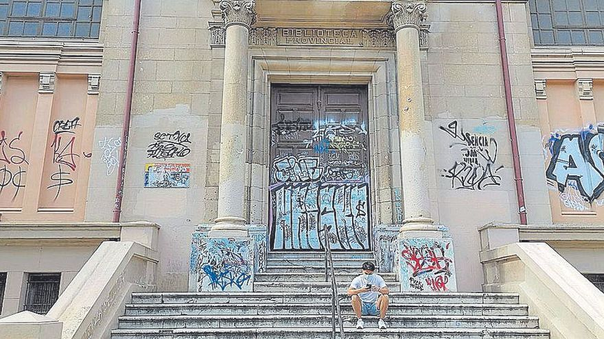 La biblioteca municipal, en estado pésimo por los grafitis