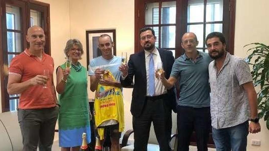 El ciclista zamorano Javier Sardá se reúne con la embajadora de España en Vietnam