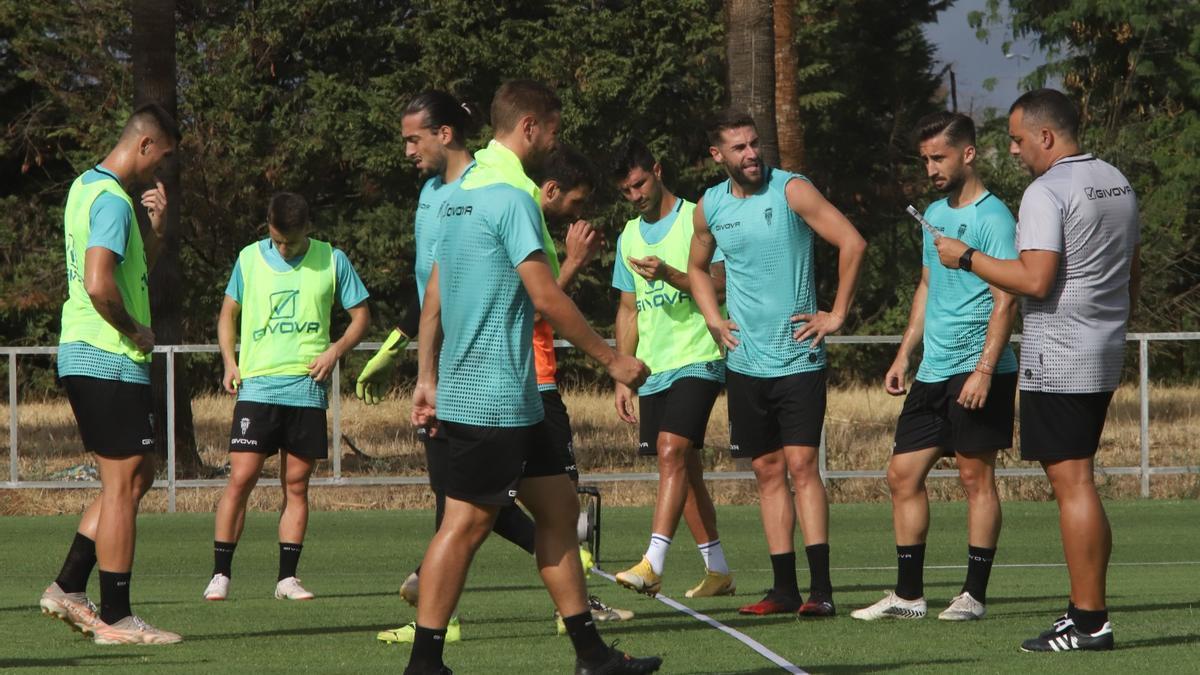 Germán Crespo conforma los equipos para el partidillo de fútbol reducido, este miércoles, en la Ciudad Deportiva.