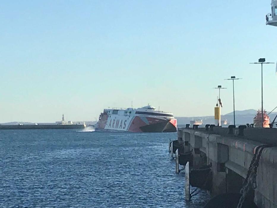 El buque de Naviera Armas Alborán a su llegada a puerto tras el accidente.