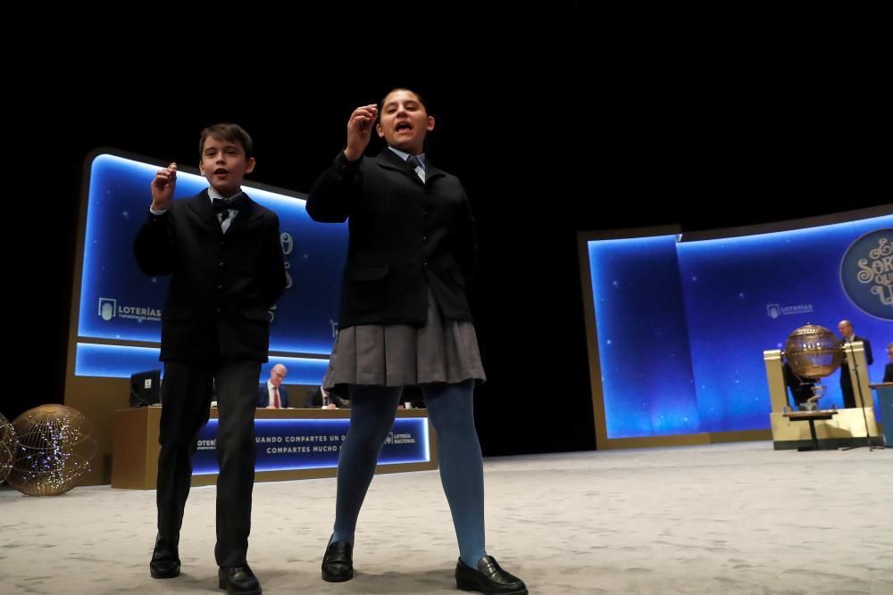 Los niños Nerea Pareja y Luis Alcides muestran las bolas del número 10.989 agraciado con el segundo premio.