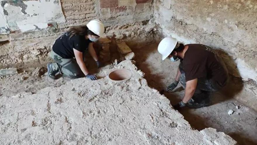 Descubren una lápida funeraria romana en los trabajos arqueológicos en la Alquería Falcó de Valencia