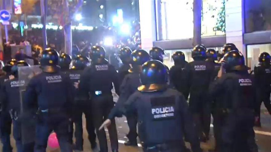 Cargas policiales y quema de contenedores a las afueras del Camp Nou durante el Clásico
