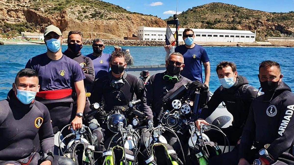Un equipo de buceo de la Armada, momentos antes de una inmersión.  | ARMADA
