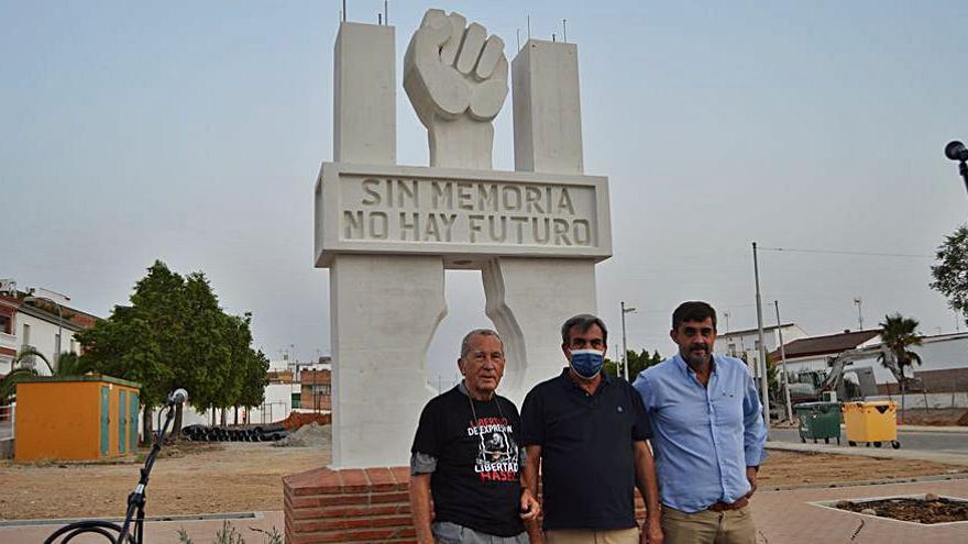 Un monolito recuerda a las víctimas del franquismo en Fuente Carreteros