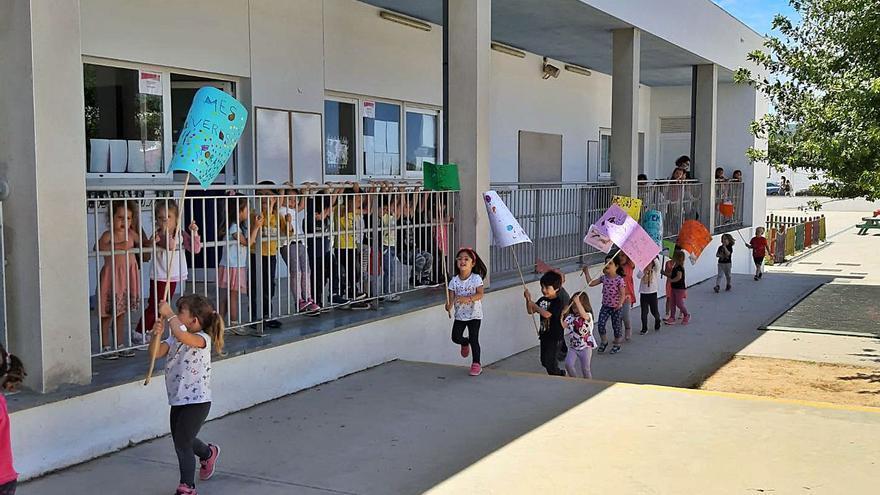 Manifestación 'prosargantanes' en el colegio Sant Antoni