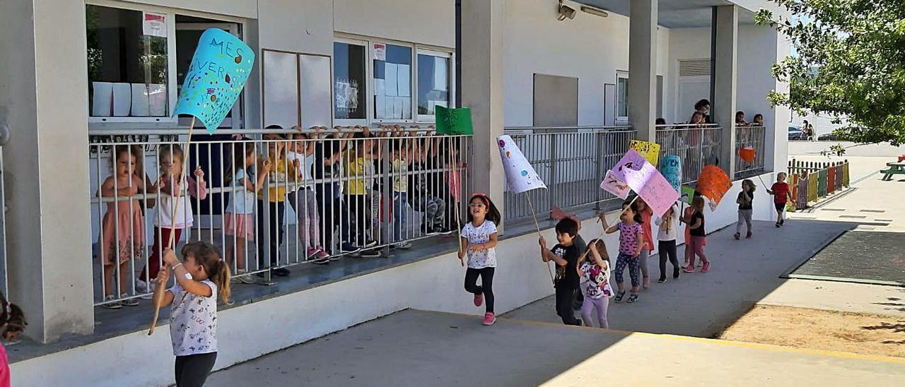 Los pequeños se manifestaron por el interior y el patio del centro. | CEIP SANT ANTONI