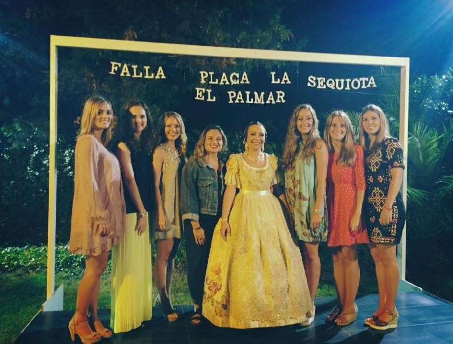 La hermandad de las infantiles de 2001. En el año 2016, Teresa Estevens es nombrada fallera mayor de la Sequiota y todas, incluyendo a Rocío, acuden a acompañarla. Como harán con ella doce meses después.