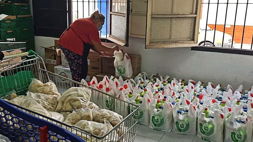 El Ayuntamiento de Torrevieja hace llegar lotes de alimentos a 3.600 vecinos cada quince días