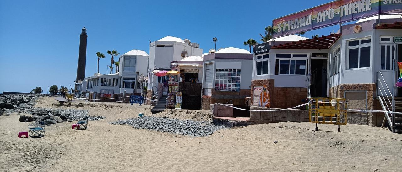 Escollera y paseo frente al centro comercial Oasis, en el entorno del Faro de Maspalomas.