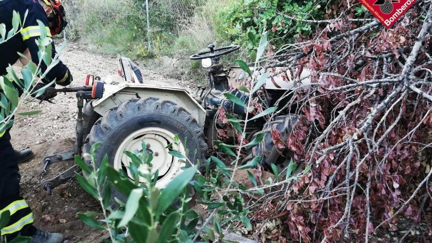 Fallece al volcar su tractor y quedar atrapado bajo una rueda