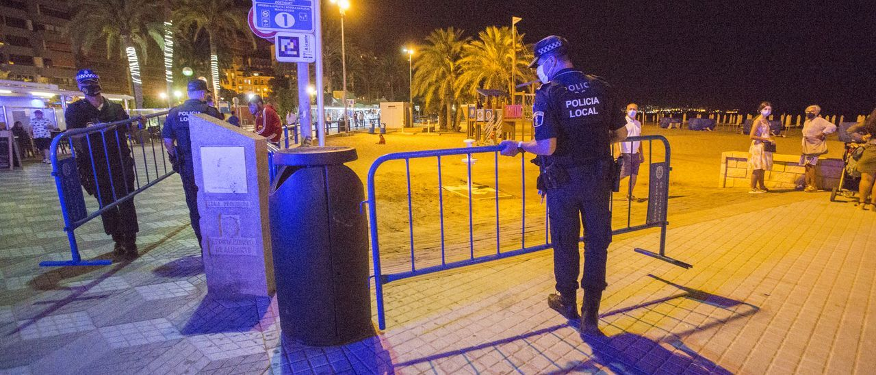 La Policía Local realiza un control nocturno para evitar botellones en una imagen de archivo.